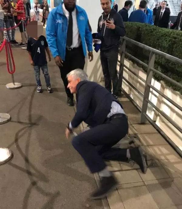 Mourinho bị ngã khi đến sân Wembley. Ảnh: NN.