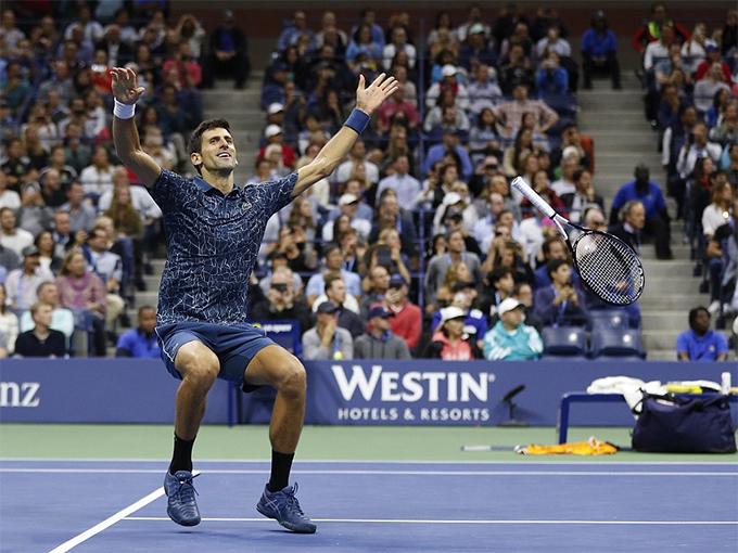 Sau cú đánh ghi điểm quyết định, Djokovic quăng vợt đi...