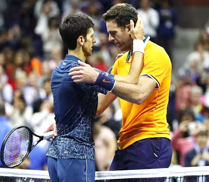 Djokovic nhận được sự chúc mừng của Del Potro sau chiến thắng.