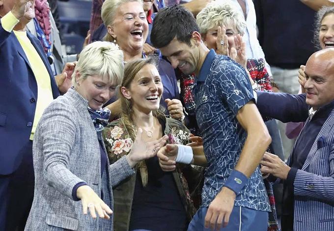 Tay vợt người Serbia chia vui cùng bà xã Jelena và những người thân trong gia đình.