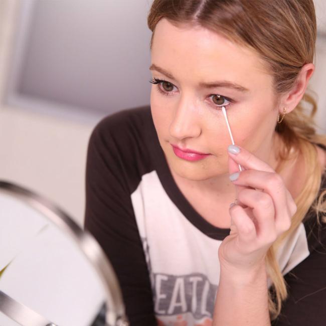 Không làm sạch lớp trang điểm mắt khi đi ngủkhiến vùng da quanh mắt dễ hình thành nếp nhăn, vết chân chim.