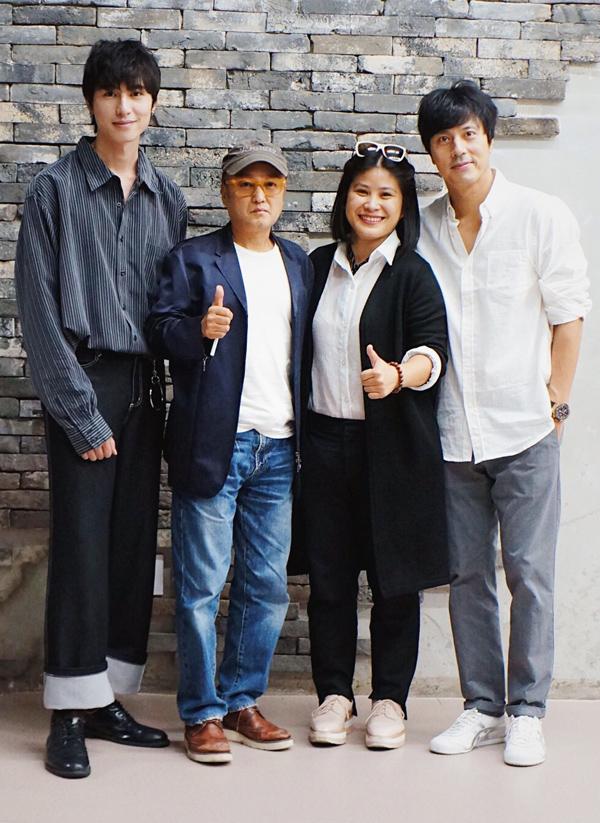 Từ phải qua: diễn viên Han Jae Suk chụp ảnh cùng nhà sản xuất Hạnh Nhân, đạo diễn Park Hee Sun, diễn viên Sơn Phạm trong buổi ký kết hợp đồng làm phim Thiên đường.