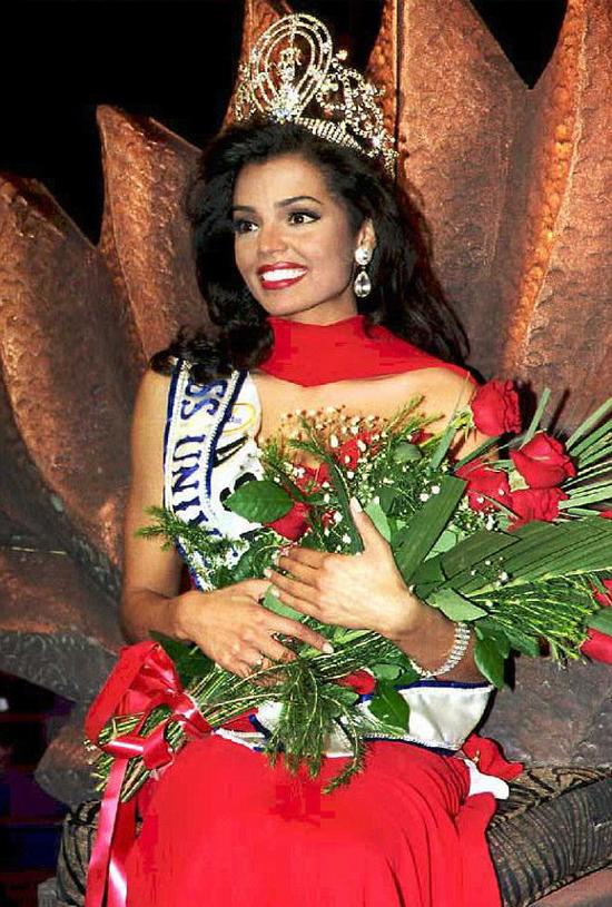 Chelsi Smith đăng quang trong đêm chung kết Hoa hậu Hoàn vũ 1995.