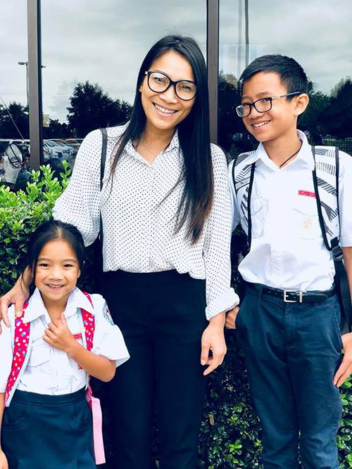 Ca sĩ Hồng Ngọc đưa hai con đi học.