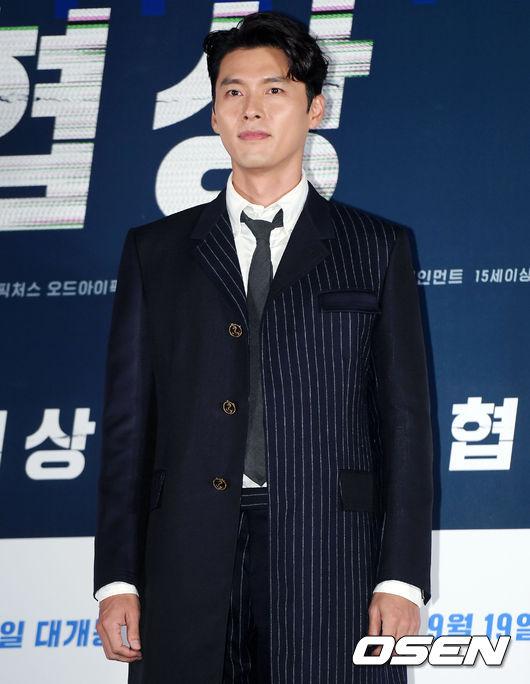 Hyun Bin dự sự kiện với trang phục bảnh bao. Trong phim, anh đóng vai một kẻ giết người khát máu, bệnh hoạn, khiến không ít người phải rùng mình kinh sợ. Để phục vụ cho vai diễn, tài tử Hàn để râu, tóc dài trông rất dữ dằn.