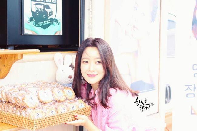 Trái với tạo hình phản diện, Kim Hee Sun trên phim trường rất ngọt ngào, đáng yêu. Ở tuổi 41, cô vẫn trẻ đẹp và đầy sức hút.