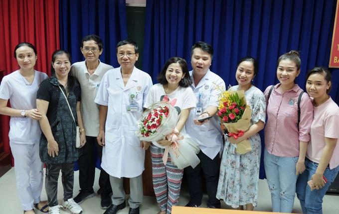 Mai Phương chụp ảnh cùng các y bác sĩ và bạn bè, người thân trước khi xuất viện.