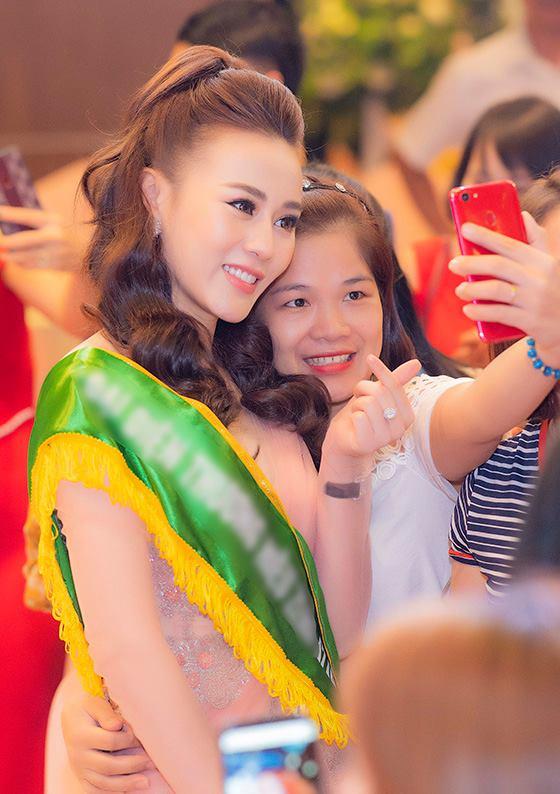 Côtươi cười và sẵn sàng chiều lòng từng người hâm mộ. Phong thái thân thiện, chuyên nghiệp khiến Phương Oanhđược nhữngngười tham gia sự kiện dành nhiều tình cảm.