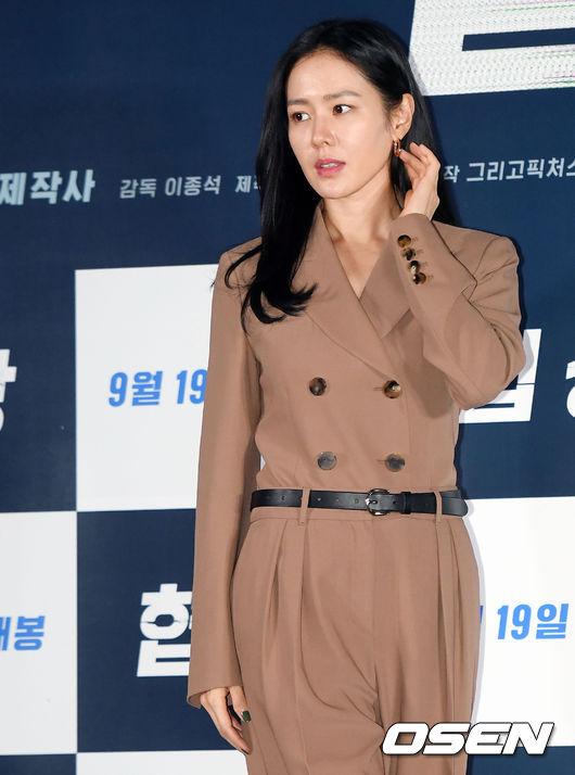 Đầu giờ chiều nay 10/9, Son Ye Jin dự buổi họp báo ra mắt bộ phim mới Cuộc đàm phán (Negotiation) tổ chức tại rạpCGV ởYongsan-gu, Seoul.Tác phẩm về đề tài tội phạm với nhiều yếu tố kinh dị, dự kiến ra mắt khán giả Hàn Quốc tại các rạp vào 19/9 tới.Không chỉ được chiếu tại quê nhà, Cuộc đàm phán còn được chiếu tại Los Angeles vào 20/9, sau đó ra mắt tại Mỹ, Canada vào 28/9.