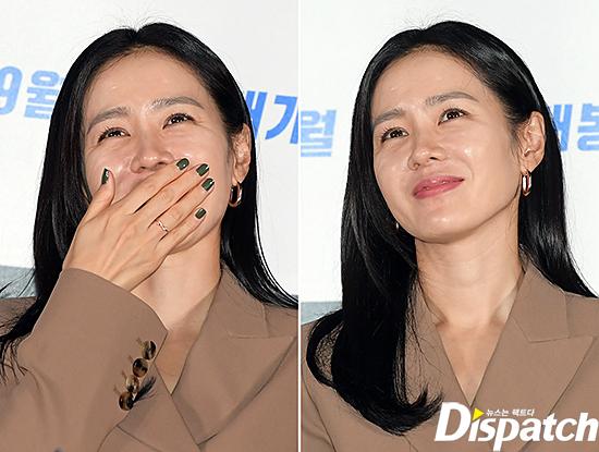 Son Ye Jin ăn mặc kín đáo, trang điểm nhẹ khi dự sự kiện. Trong tác phẩm mới này, cô đóng vai một nữ cảnh sát điều tra có năng lực, liên tục phải cân não với kẻ giết người (Hyun Bin đóng). Son Ye Jin cho biết, một ngày trước khi phim bấm máy, cô đã hồi hộp đến mức không ngủ nổi.