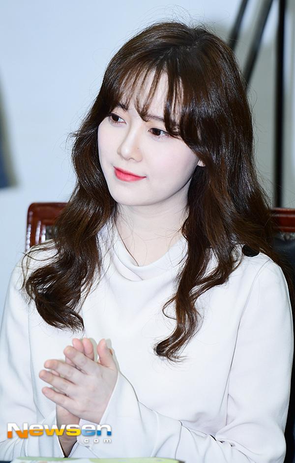 Goo Hye Sun nổi tiếng nhờ vai diễn Guem Jan Di trong bộ phim Vườn sao băng. Sinh năm 1984, năm nay đã bước sang tuổi 34 nhưng người đẹp vẫn giữ được làn da mịn màng, không hề có một chút dấu vết tuổi tác.