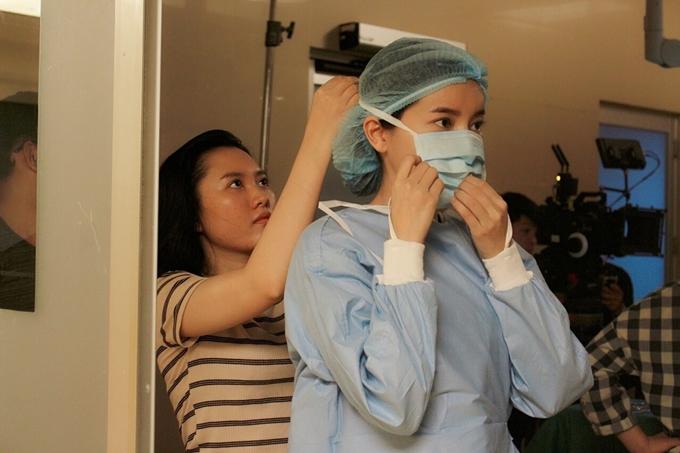 Trong cảnh này, Cao Thái Hà cùng Khả Ngân và các y bác sĩ tự mình cầm kéo giúp đỡ nạn nhân.