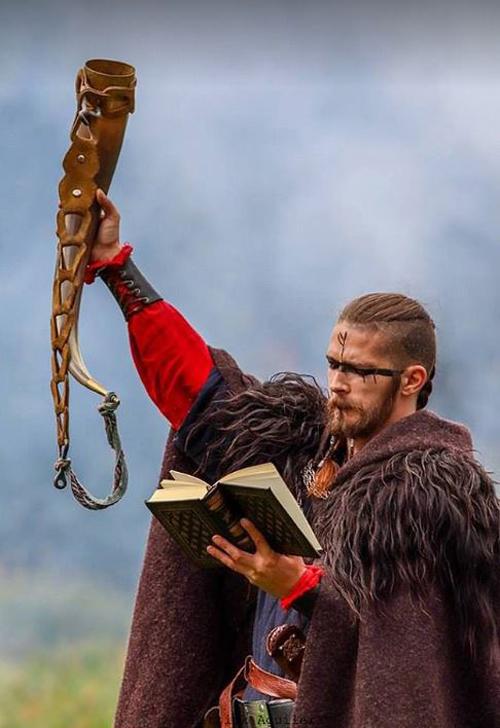 Thầy tu chủ trì hôn lễcũng diện trang phục của người Viking cổ.