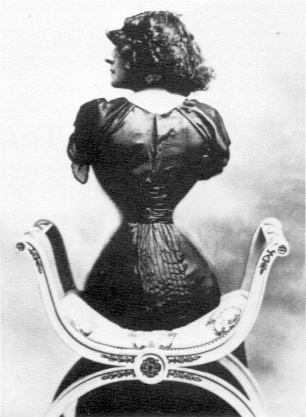 Điểm đặc biệt ở Polaire khiến cô trở nên nổi tiếng là thân hình đồng hồ cát gợi cảmvới vòng eo con kiến siêu nhỏ. Số đo vòng hai của cô chỉ là 40 cm. Theo tiêu chuẩn cái đẹp thời kỳ đó, vòng eo càng nhỏ thì càng quyến rũ.