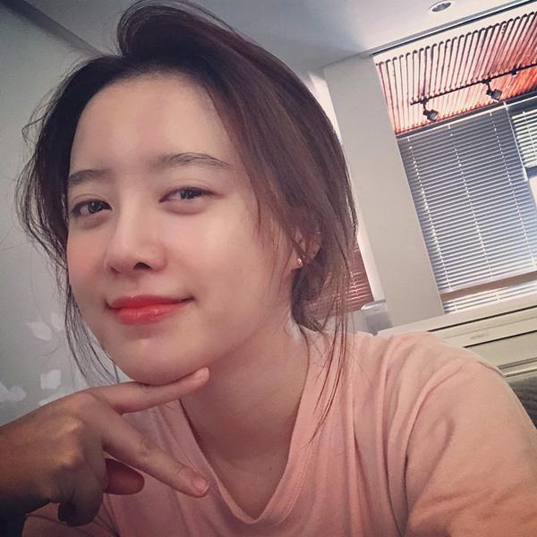 Chia sẻ về bí quyết làm đẹp, Goo Hye Sun cho biết, côkhông tự ý thử nghiệm các phương pháp làm đẹp mà nhờ cậy sự tư vấn của các chuyên gia da liễu để tìm ra đâu là phương pháp phù hợp với làn da của mình nhất.