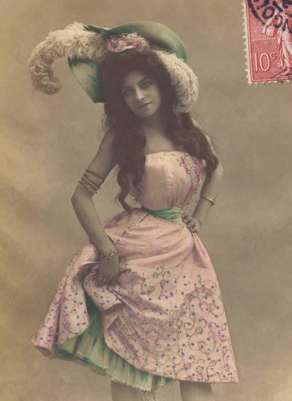 Để có được vòng eo siêu nhỏ, các người đẹp phải sử dụng đai nịt bụng nhiều giờ mỗi ngày và liên tục trong nhiều năm.
