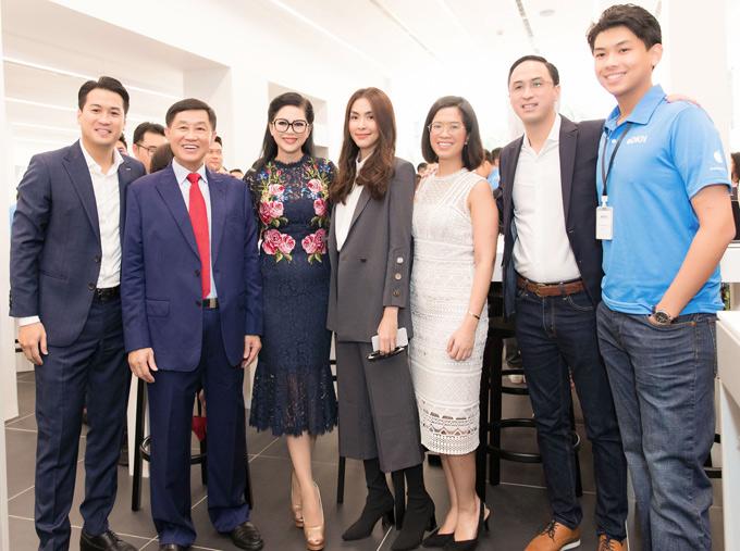 Diễn viên Tăng Thanh Hà mặc thanh lịch dự sự kiện do bố mẹ chồng tổ chức. Vợ chồng vua hàng hiệu Johnathan Hạnh Nguyễn vui vẻ chụp ảnh với các con trai và cô con dâu nổi tiếng.