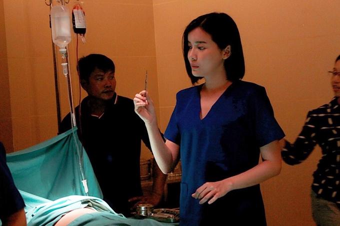 Đoàn phim bố trí một số bác sĩ giúp giám sát kỹ thuật, hướng dẫn các diễn viên cách cầm dao, kéo hay thao tác mổ cứu nạn nhân.