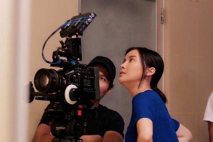 Cao Thái Hà cẩn thận xem lại các cảnh quay cùng êkíp. Với nữ diễn viên, Hậu duệ mặt trời làmột dự án truyền hình được đầu tưvề bối cảnh, đạo cụ và êkíp làm việc chuyên nghiệp.