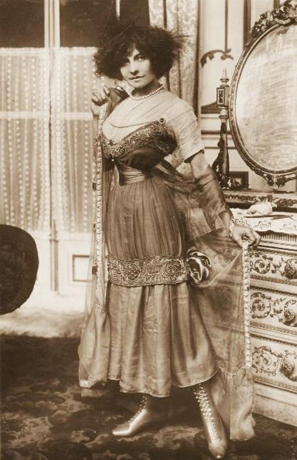 Cô bắt đầu sự nghiệp của mình năm 17 tuổi với tư cách là một ca sĩ tại các quán cafe và nhanh chóng trở nên nổi tiếng.