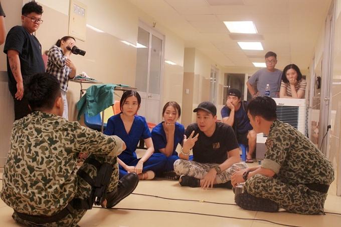 Đạo diễn Trần Bửu Lộc (đội mũ, thứ hai từ phải sang) tận tình chỉ đạo dàn diễn viên chính.