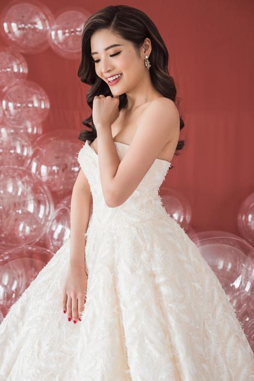 Không giống váy cưới đuôi cá chỉ dành cho nàng dâu có vóc dáng chuẩn chỉnh hoặc váy bó sát kén dáng, váy bồng công chúa được lòng phần lớn cô dâu vì mức độ phổ biến và khả năng tôn dáng.