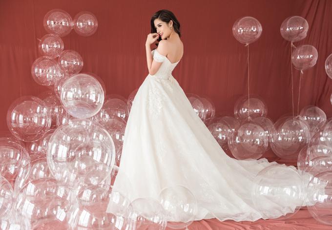 Váy xòe bồng công chúa thường có từ 4-6 lớp để tạo độ phồng tự nhiên, độ thướt tha trong mỗi bước đi của tân nương. Điều này khiến cho ítai có thể cưỡng lại ánh nhìn khi nàng dâu khoác lên mình bộ váy cưới bồng xòe, tôn lên vẻ đẹp khuôn ngực và vòng eo.
