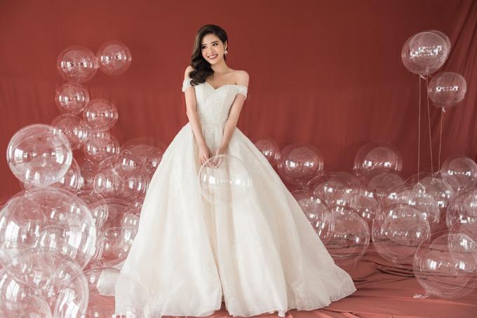 Nhờ thiết kế giúp tôn dáng vòng eo, phần thân váy xòe rộng khiến tân nương có được phong thái nhẹ nhàng, thùy mị.