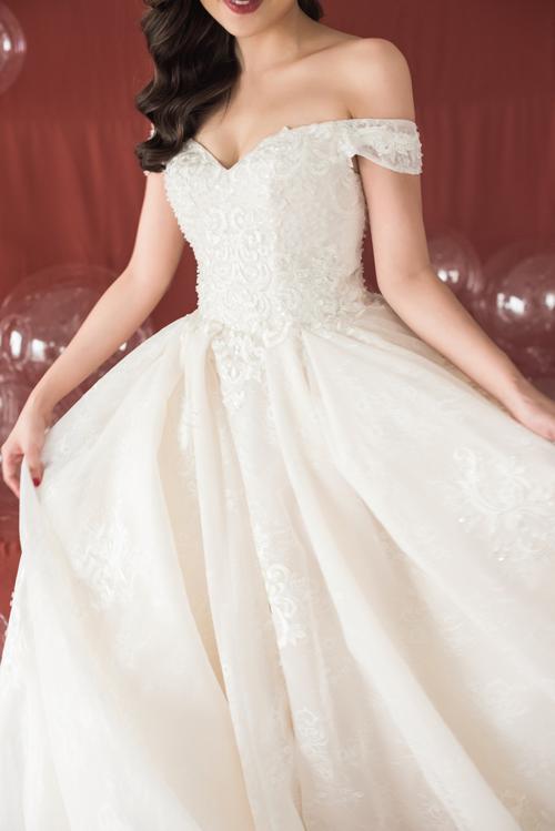 Trước đây, khi diện váy cưới xòe, cô dâu thường phải mặc thêm tùng váy khá bất tiện. Nhưng ngày nay nhờ kỹ thuật cắt may hiện đại, tạo phom bằng nhiều lớp layer nên người mặc có thể diện váy xòe đẹp mà không cần tùng váy hỗ trợ bên trong.
