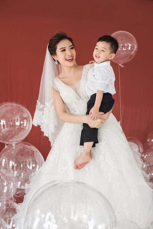 Dáng váy chữ A luôn là lựa chọn lý tưởng cho cô dâu yêu thích sự gọn nhẹ, thoải mái. Váy thường được làm trên chất liệu vải mềm, voan, organza hoặc lụa giúp cô dâu dễ di chuyển, nhảy múa.