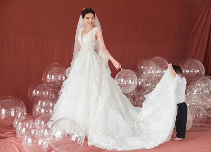 Bộ ảnh được thực hiện với sự hỗ trợ của người mẫu: Phan Hoàng Thu, trang phục: Jasmine Bridal, trang điểm: Rab Fenty, nhiếp ảnh gia: Lê Tuấn Anh