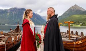 Cặp vợ chồng tổ chức đám cưới Viking với màn tế thần bằng máu