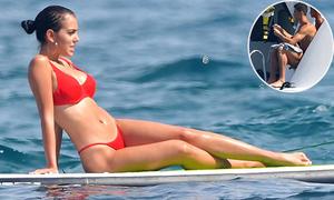 Bạn gái mặc bikini bé xíu, tạo dáng để C. Ronaldo chụp ảnh