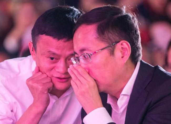 Jack Ma và Daniel Zhang thân thiết trong một sự kiện diễn ra năm 2015. Ảnh: CNN.