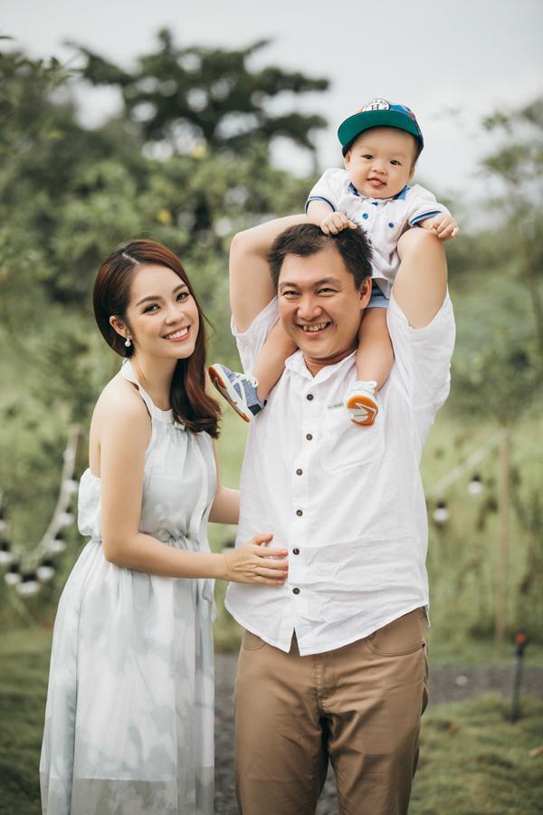 Vợ chồng Dương Cẩm Lynh và con trai thực hiện bộ ảnh gia đình hạnh phúc hồi tháng 8/2017.