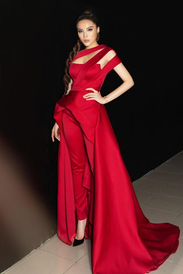 Hoa hậu Việt Nam 2014 Kỳ Duyên xuất hiện với bộ cánh gam đỏ nổi bật, thiết kế cut-out gợi cảm.