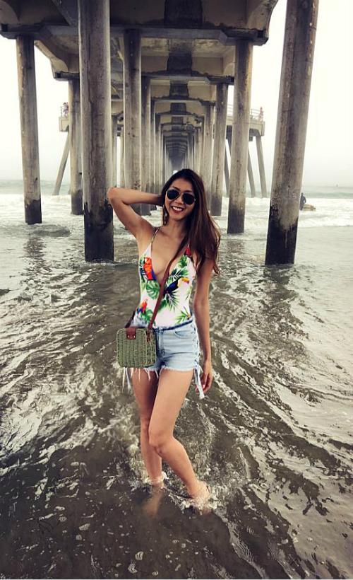 Ngọc Quyên khoe dáng nóng bỏng trên biển với áo hai dây kết hợp cùng quần jeans short.