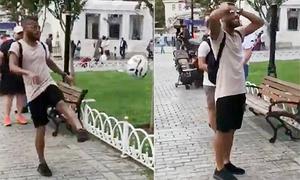 Sao Barca 'tẽn tò' vì đá bóng của trẻ con lên cây