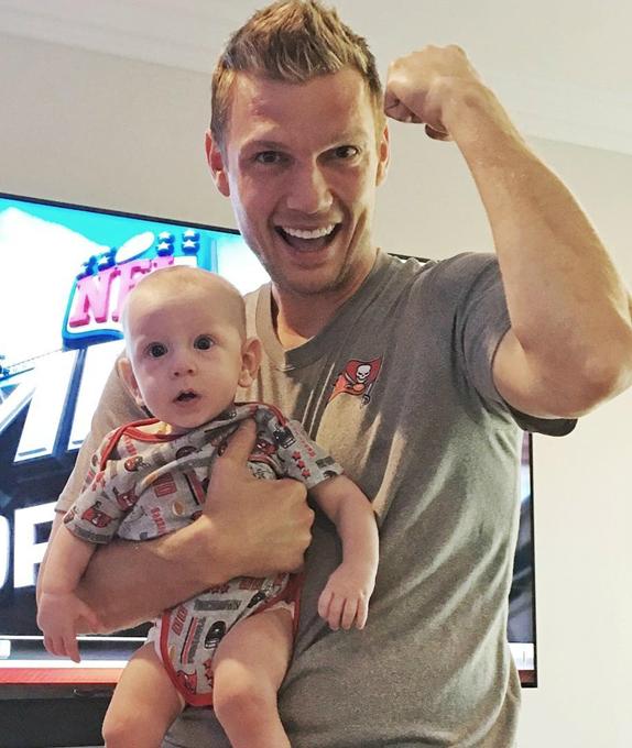 Nick Carter và con trai Odin (Ảnh: Twitter)