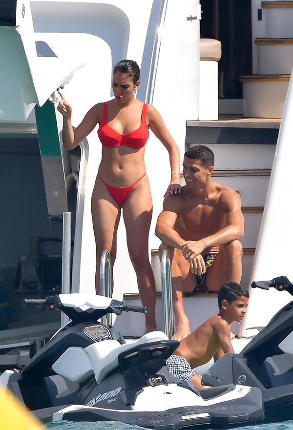 C. Ronaldo cùng bạn gáiGeorgina Rodriguez và cậu con trai Cristiano Jr đang có những ngày tháng vui vẻ ở vùng biểnSaint Tropez. Siêu sao của Juvequyết định không tham gia tuyển Bồ Đào Nha trong đợt tập trung thi đấu giải UEFA Nations League để nghỉ ngơi, rèn thể lực.