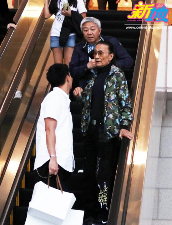 Ông Tạ Hiền trò chuyện với một thanh niên trẻ tuổi trên thang máy.