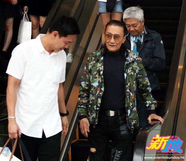 Bất chấp tuổi tác, ông Tạ vẫn diện những trang phục mình yêu thích.