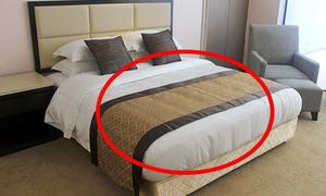 Công dụng không nhiều người biết của tấm trải ngang giường ở khách sạn