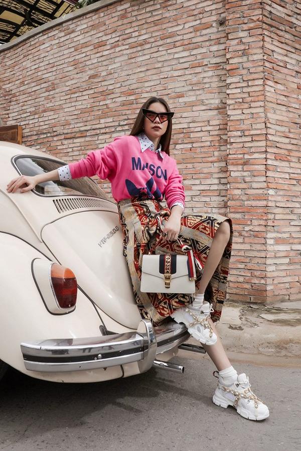 Sau một mùa liên tục lăng-xê các kiểu giầy slip, Hồ Ngọc Hà tạo điểm nhấn mới cho phong cách thời trang bằng sneaker đế khủng.