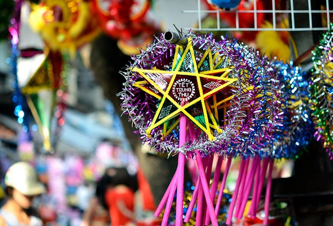 Đèn ông sao có hình ngôi sao 5 cánh, tâm sao gắn một cây nến để thắp sáng là một trong những loại đèn lồng yêu thích của trẻ nhỏ trong ngày Tết Trung thu.