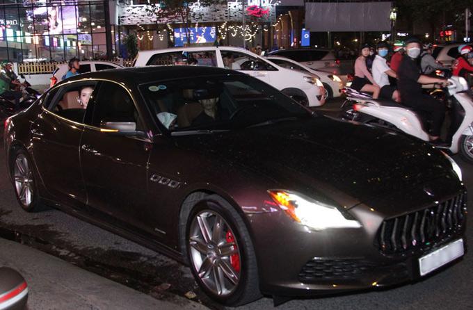 Thúy Vân vừa tậu xế sang giá gần8 tỷ đồng sáng 11/9. Tối cùng ngày, cô ngồi xe mới đi sự kiện điện ảnh tại TP HCM. Người đẹp tiết lộ cô chưa có bằng lái nên phải thuê tài xế chở đi.