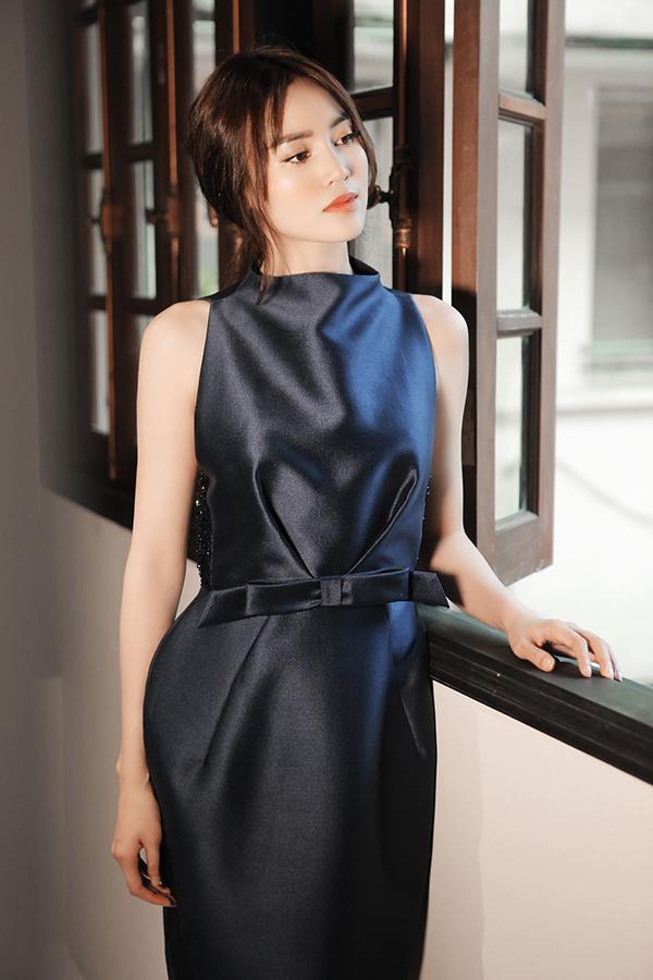 Những mẫu đầm liền thân, trang trí dây lưng vải, tạo khối nếp gấp để tôn vòng eo thon gọn là xu hướng được yêu thích ở mùa mốt 2018. Từ trào lưu ăn mặc thịnh hành, nhà thiết kế Phương My cũng có cách khai thác riêng.