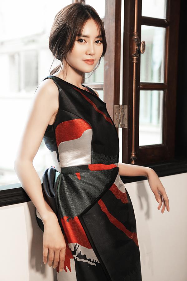 Trang phục đi tiệc được xây dựng bắt mắt hơn với tông màu đỏ trắng đen, đồng thời phàn eo được trang trí bèo nhún to bản.
