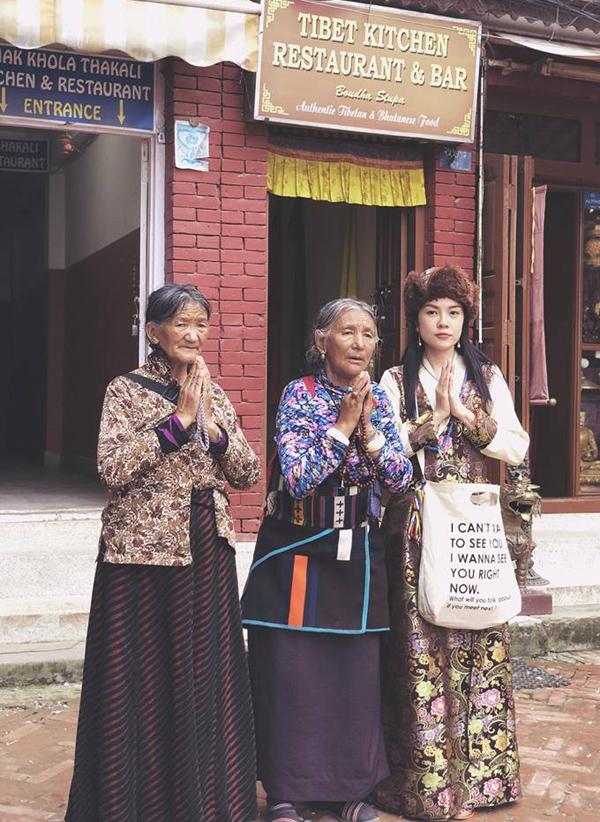Chứng kiến cuộc sống của người dân nơi đây còn nhiều khó khăn, thiếu thốn nhưng họ vẫn luôn lạc quan, tin là mình đang hạnh phúc, Dương Cẩm Lynh thực sự ngạc nhiên và khâm phục.