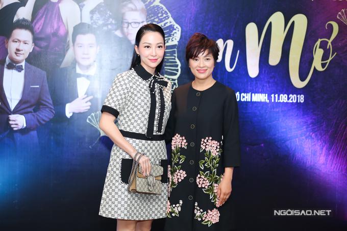 Linh Nga chụp ảnh cùng một thành viên trong êkíp tổ chức show diễn.